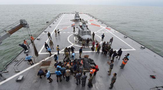 Um dos navios que rastreia águas indonésias para achar os restos do avião de AirAsia.