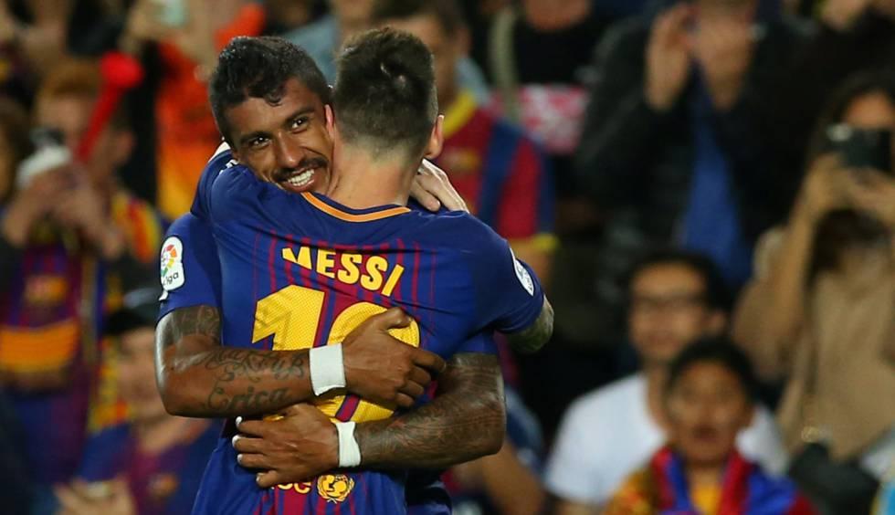 Paulinho e Messi celebram um gol diante do Eibar.