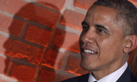 Barack Obama sorri durante um jantar de gala em Varsóvia.