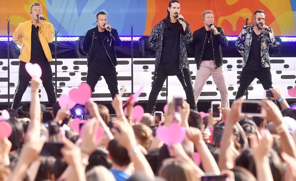 A partir da esquerda, Nick Carter, Howie Dorough, Kevin Richardson, Brian Littrell e A. J. McLean, os Backstreet Boys, durante um show em Nova York em julho.