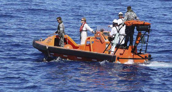 Uma embarcação australiana procura sinais do avião no Índico.