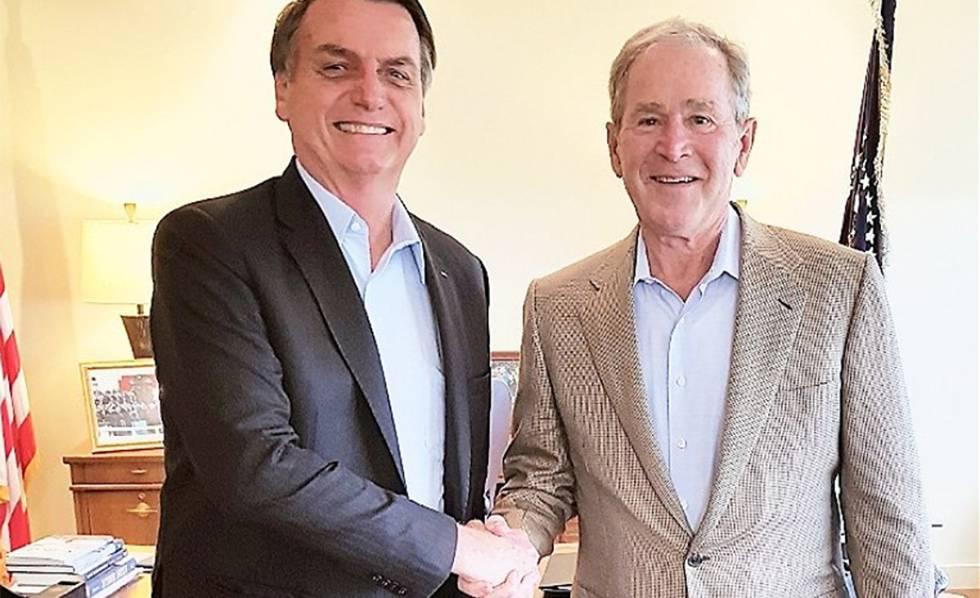 Jair Bolsonaro com George W. Bush, nesta quarta-feira em Dallas, em uma foto difundida pelo presidente brasileiro em sua conta de Twitter.
