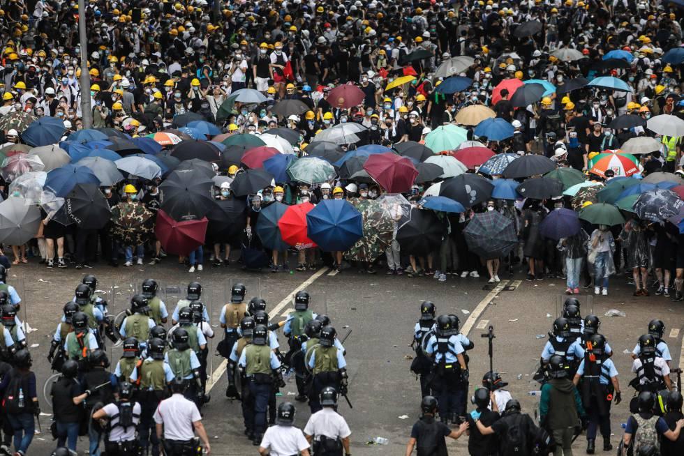 Manifestantes e policiais se enfrentam durante protesto nas ruas de Hong Kong, nesta quarta-feira.