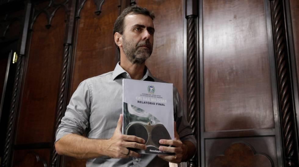 Marcelo Freixo, com um exemplar do relatório da CPI das Milícias, nesta sexta.