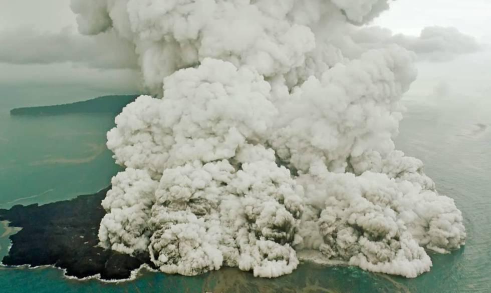 Coluna de fumaça do Anak Krakatau.