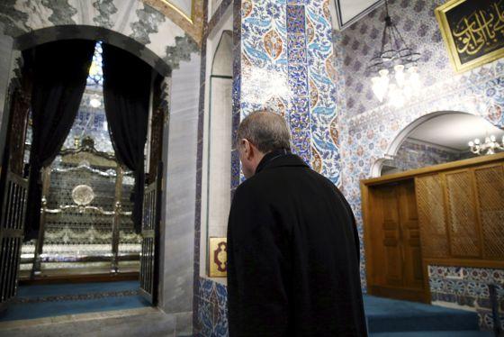 Recep Tayyip Erdogan entra na mesquita do Sultão Eyup na segunda-feira, depois de confirmada sua vitória nas eleições.