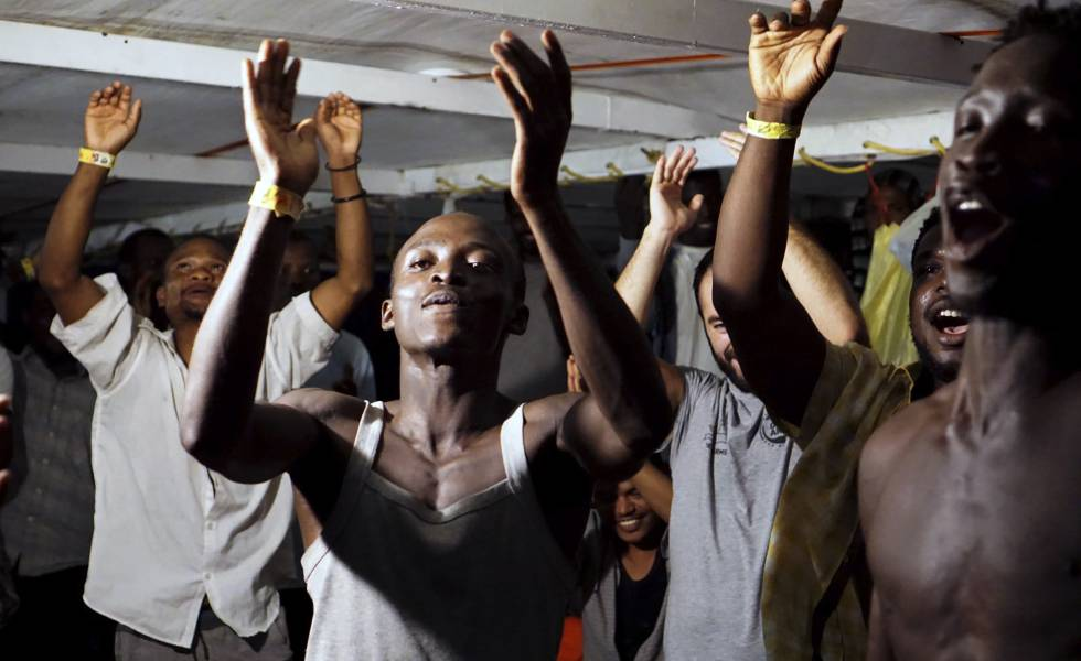 Migrantes a bordo do 'Open Arms' depois de conhecer a ordem de desembarco.