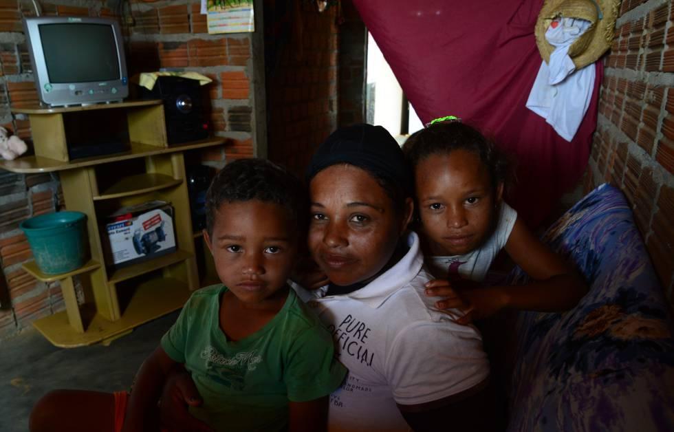 Maria Edilene da Silva, 28, e os dois filhos, em Manari (PE).