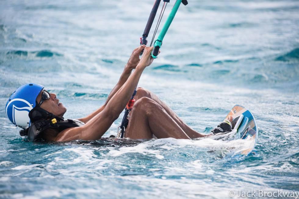 Barack Obama praticando esporte na água.