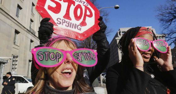 Ativistas em favor dos direitos civis pedem o fim da espionagem da NSA em Washington.