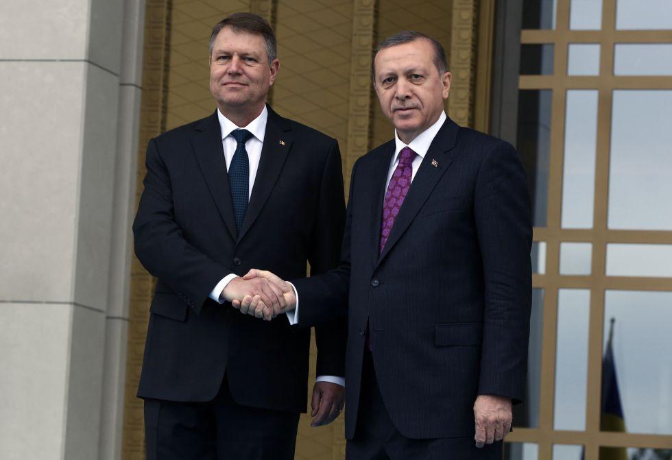 Recep Tayyip Erdogan e, à esquerda, seu colega romeno Klaus Iohannis, nesta quarta-feira em Ancara.
