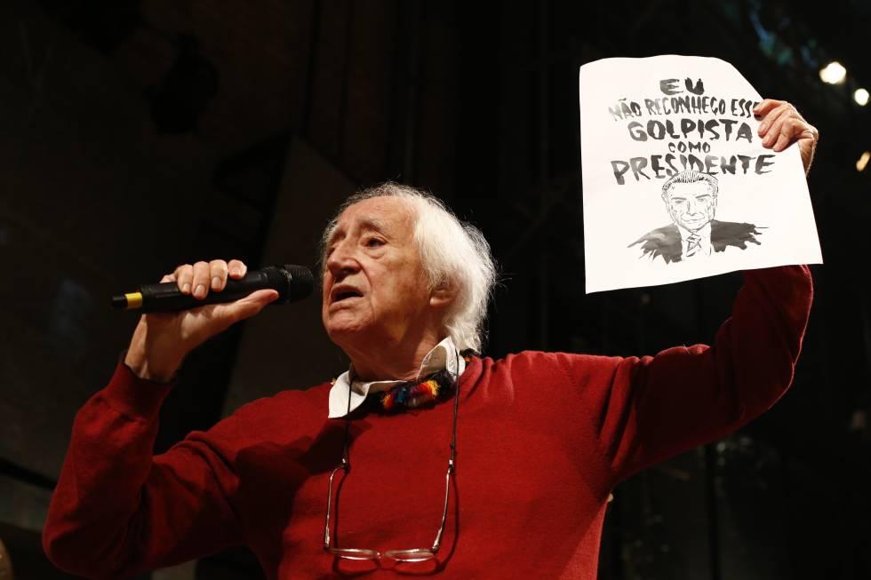 Zé Celso no ato do Teatro Oficina contra o Governo Temer.