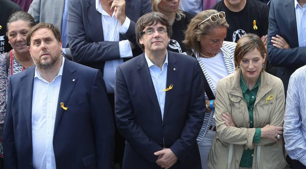 Carles Puigdemont, ao lado de Carme Forcadell e Oriol Junqueras, na manifestação de sábado, 21 de outubro, em Barcelona.