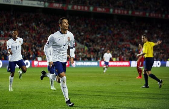 Cristiano Ronaldo comemora gol marcado contra a Armênia.