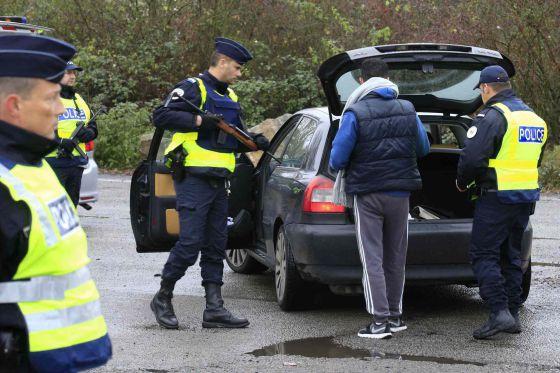 Controle da polícia francesa na rodovia entre Paris e Bruxelas.