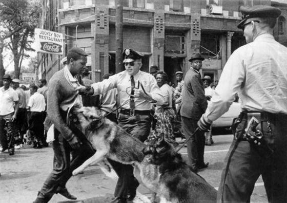 Um negro é atacado por um cachorro da polícia no Alabama, em 1963.