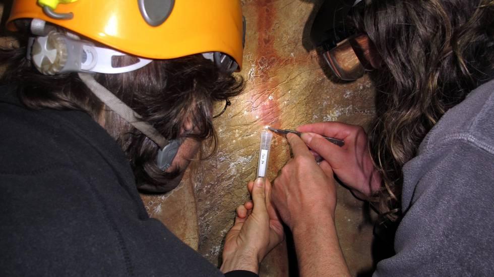Os pré-historiadores Dirk Hoffmann e Alistair Pike colhem amostras.