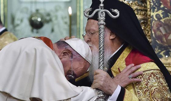 O patriarca Bartolomeo beija a cabeça do Papa.