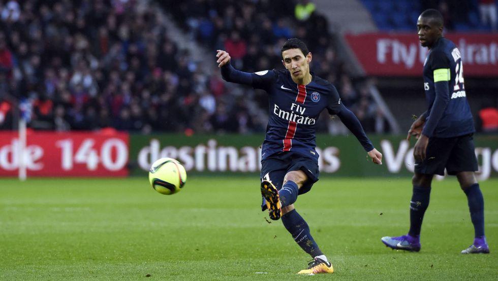 Di María bate falta contra o Lille.