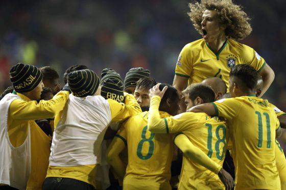 Jogadores comemoram gol de Douglas Costa.