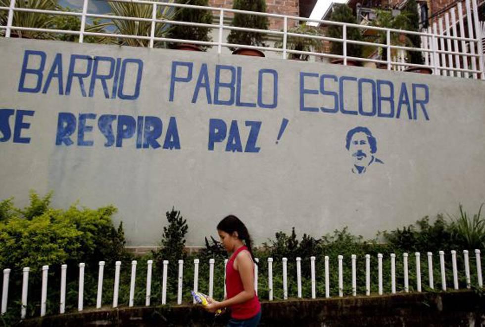 Menina caminha pelo bairro Pablo Escobar em Medellín.