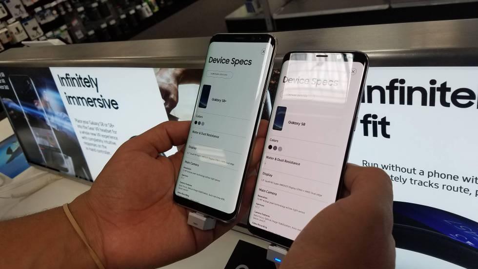 Consumidor compara um Galaxy S8 normal, à esquerda, com outro de tons avermelhados na tela.