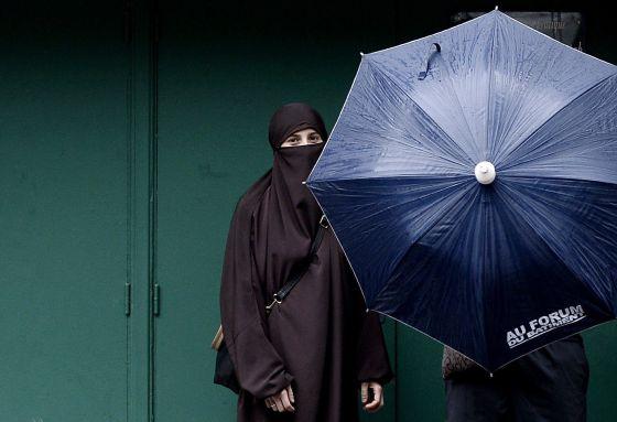 Um mulher usando um niqab em Paris.