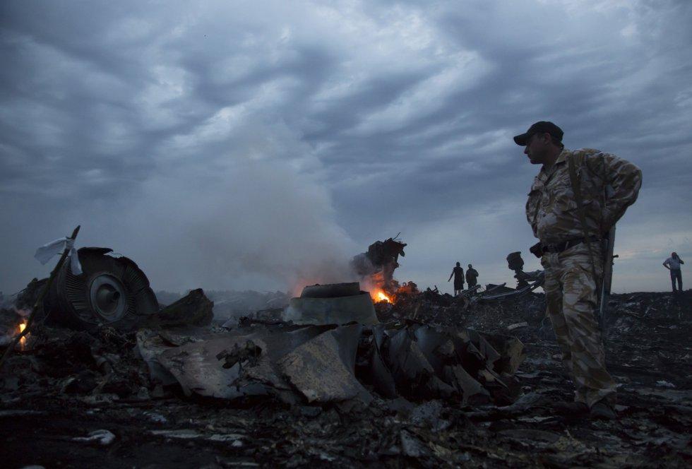 O avião da Malaysia Airlines que caiu na Ucrânia levava 295 pessoas a bordo e fazia a rota Amsterdã- Kuala Lumpur.