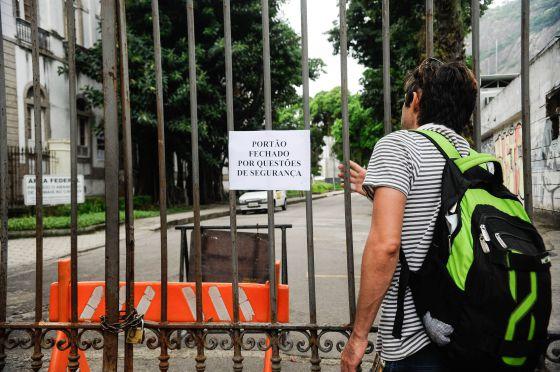 Portão fechado na UFRJ, no Rio.