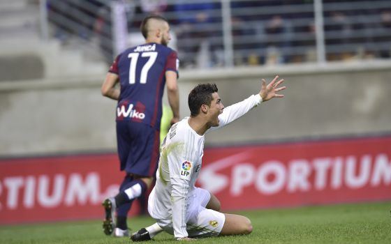 Cristiano reclama na partida contra o Eibar.