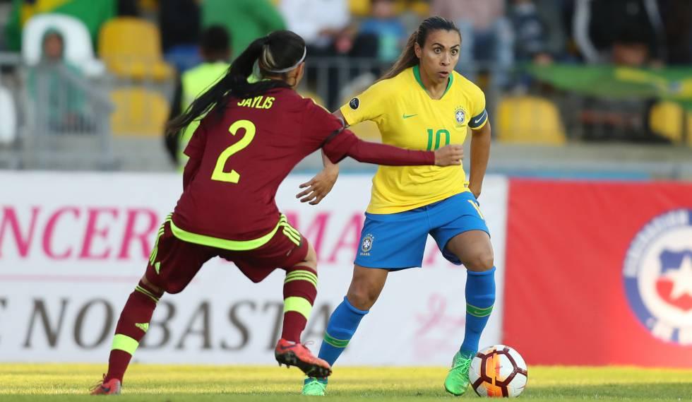 Marta tenta superar marcação de venezuelana durante a Copa América.