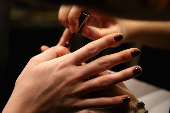Mulher pinta as unhas