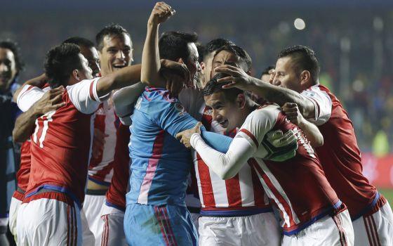 Derlis González, segundo a partir da direita, é cumprimentado por seus companheiros após marcar.