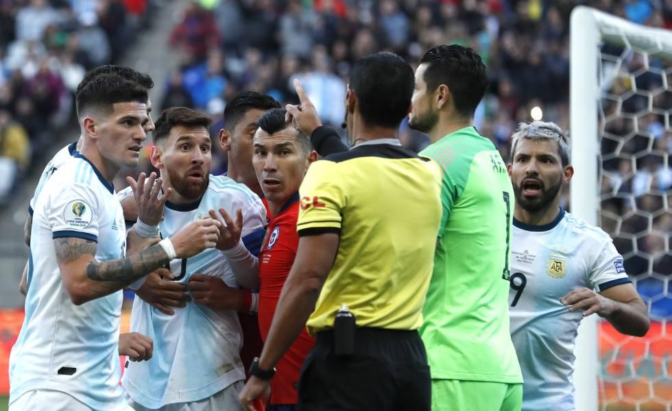 Momento em que o árbitro paraguaio Mario Diaz expulsou Messi e Medel.