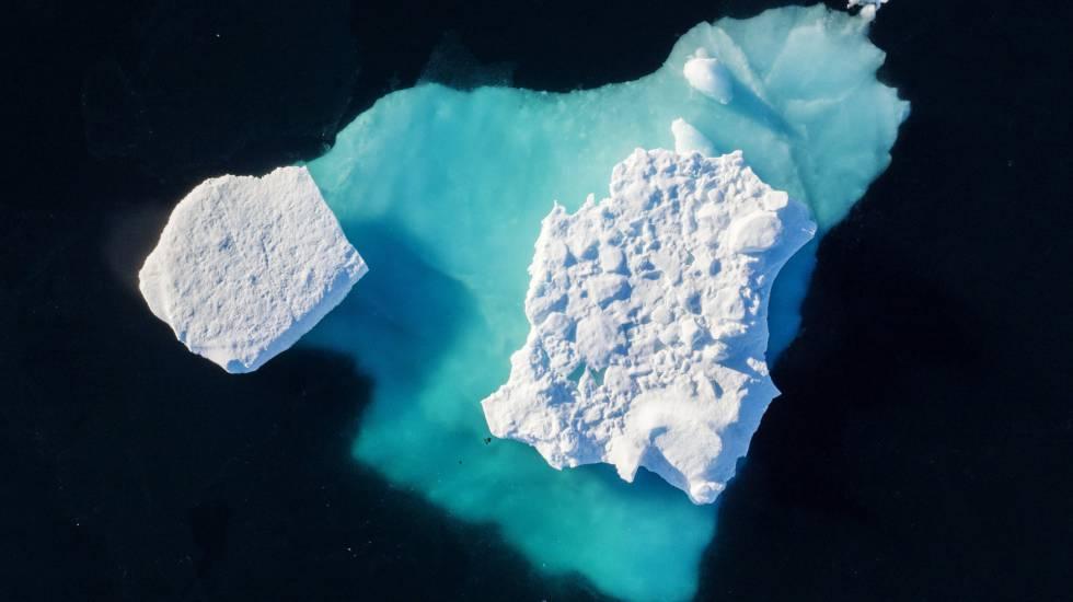 Um iceberg flutua em um lago perto da cidade de Tasiilaq (Groenlândia).