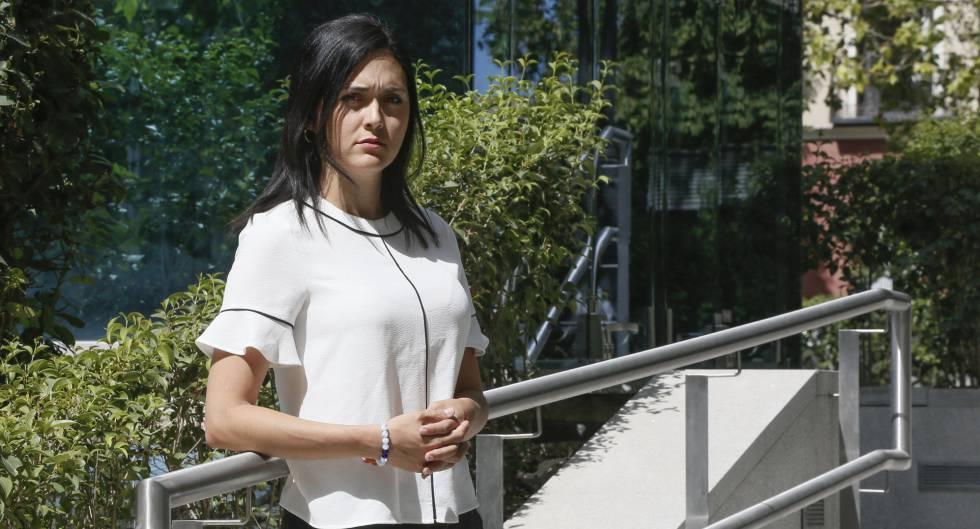 Rosaura Valentini em frente à sede da Audiência Nacional espanhola, em Madri.