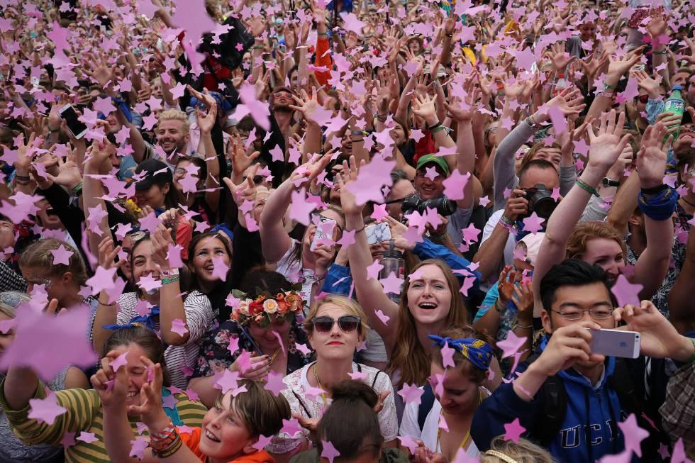 Multidão participa do festival de Glastonbury.