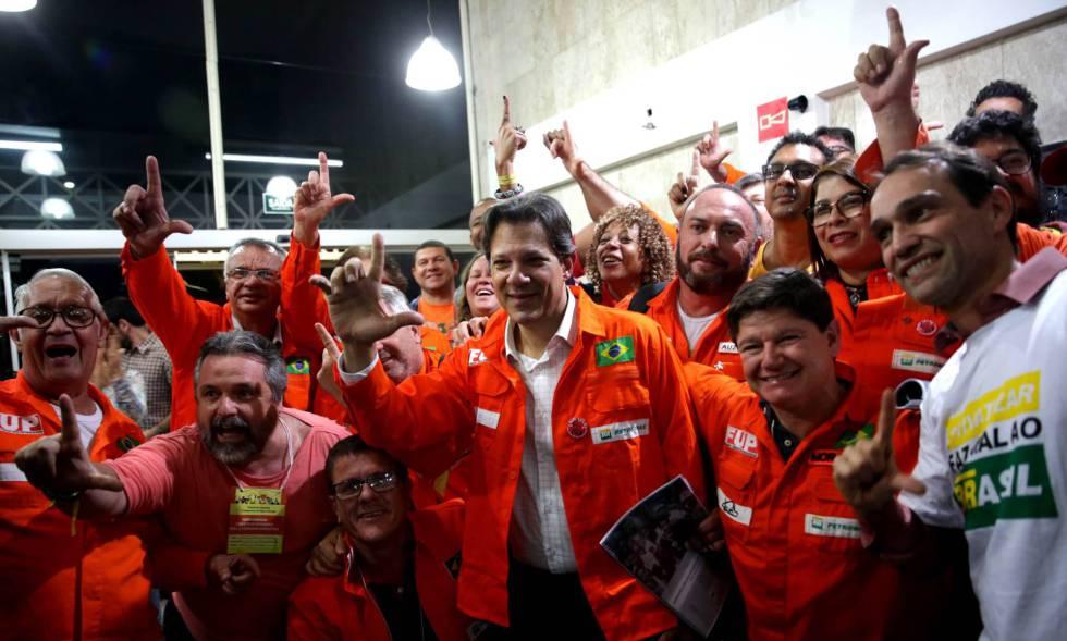 Haddad, oficialmente vice na chapa de Lula, faz campanha em São Paulo.