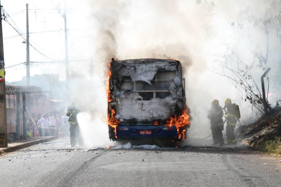 Bombeiros combatem as chamas de ônibus incendiado em Uberaba.