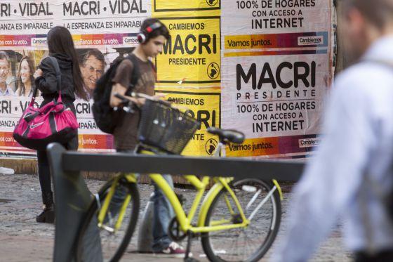 Uma rua de Buenos Aires, na sexta-feira. Às 8h começou o período de reflexão e não é mais permitido colar cartazes de propaganda.