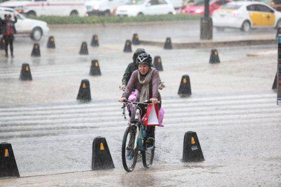 Duas pessoas andam de bicicleta na Cidade do México.
