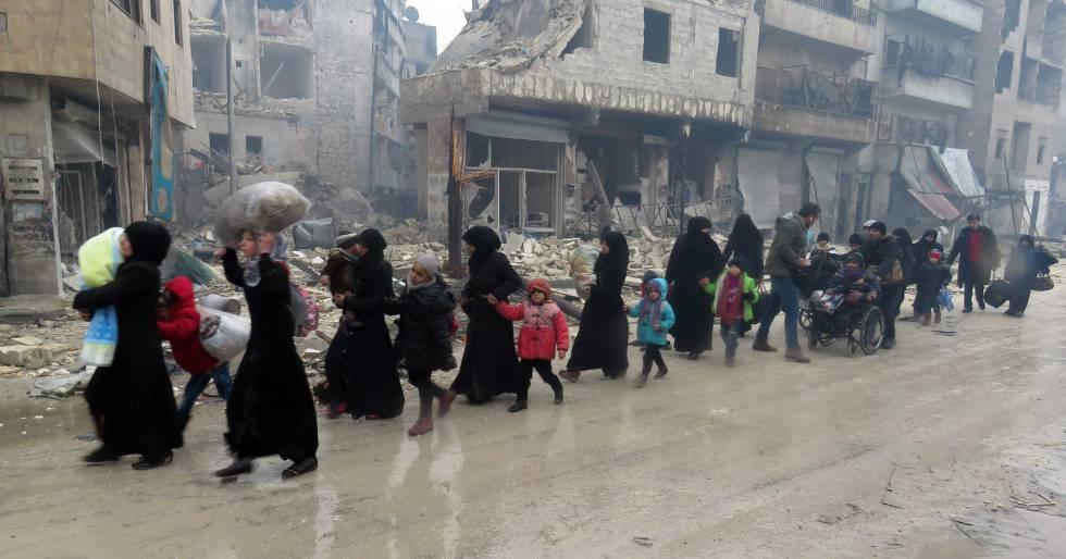 Centenas de sírios tentam abandonar um bairro de Aleppo.