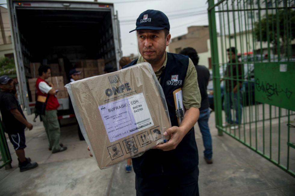 Trabalhadores da Oficina Eleitoral do Peru preparam o material para as eleições.