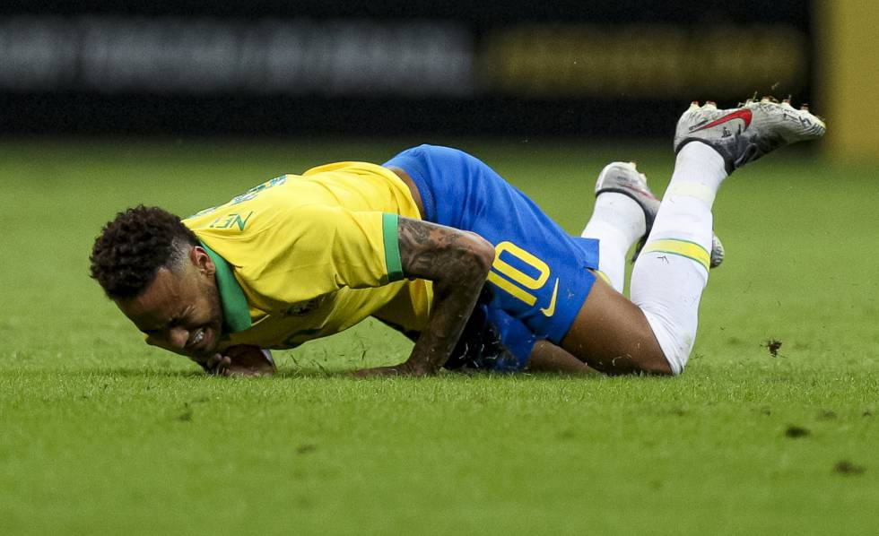 Neymar cai na partida entre Brasil e Catar.