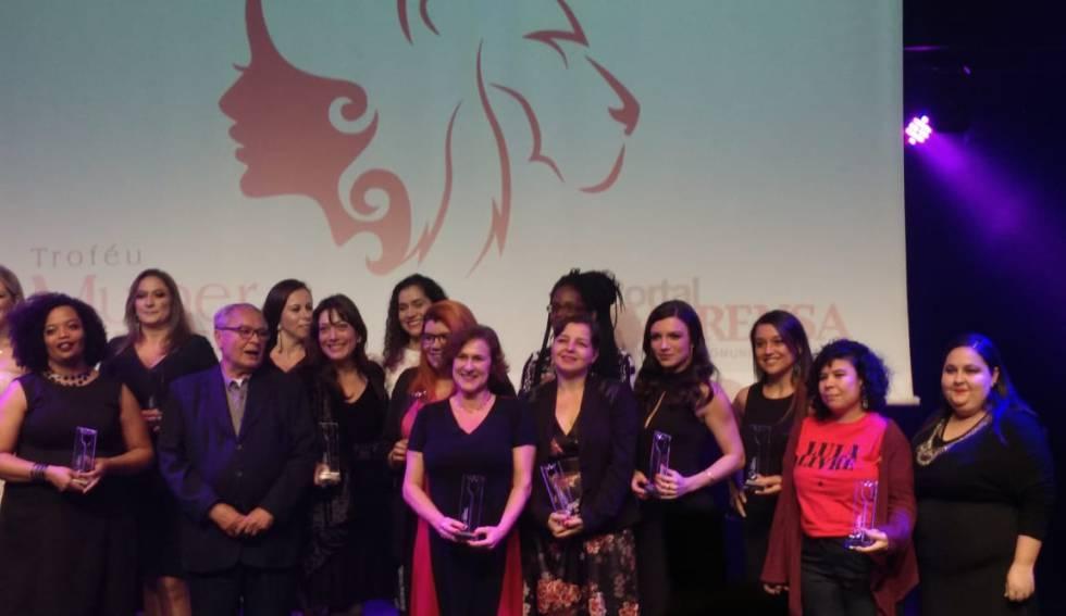 Carla Jiménez (ao centro, de vestido florido) recebe o prêmio.