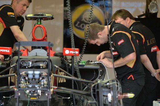 Os mecânicos da Lotus preparam o carro de Maldonado.