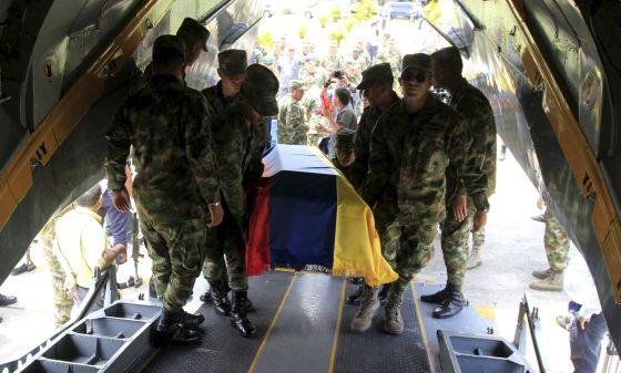Traslado de soldados mortos em Colômbia em 2014.