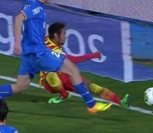 Momento em que Neymar se lesiona.