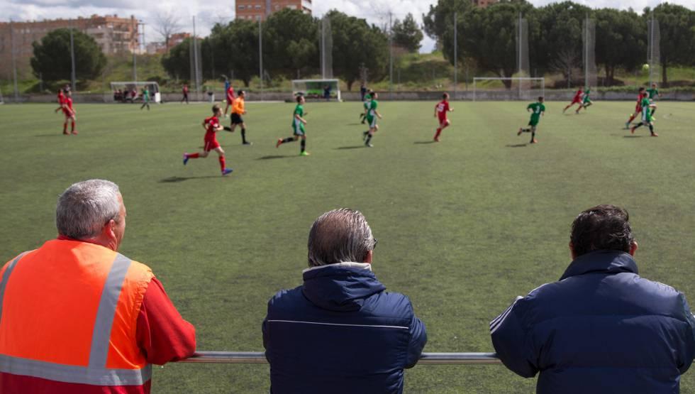 Uma partida de futebol de base na Comunidade de Madri.