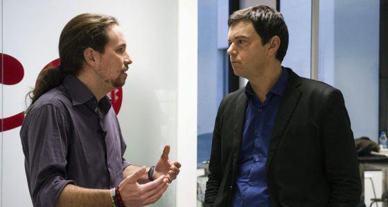 Iglesias (esq.), conversa com o economista Thomas Piketty.